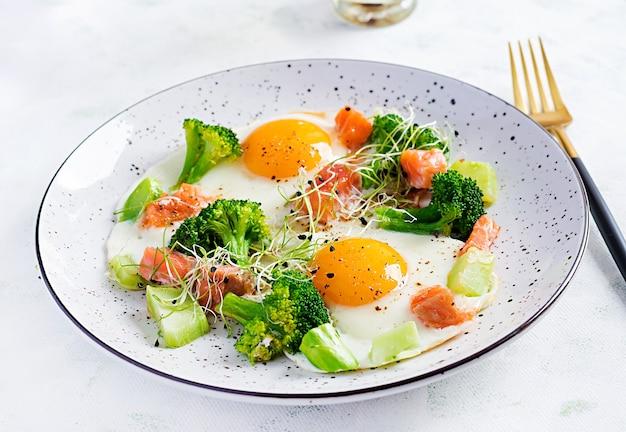 Ketogene / paläo-diät. spiegeleier, lachs, brokkoli und mikrogrün. keto frühstück. brunch.