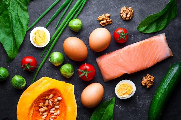 Ketogene produkte für eine gesunde, richtige ernährung und zum abnehmen. low carb und keto diät konzept. ballaststoffe, saubere und ausgewogene lebensmittel. kontrolliere das essen