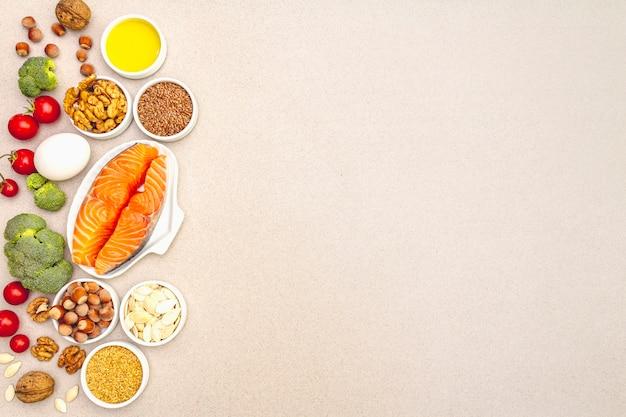 Ketogenes diätkonzept, gesundes lebensmittel auf beige hintergrund
