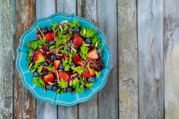 Ketosalat mit erdbeeren, blaubeeren, spinat und rotkohl
