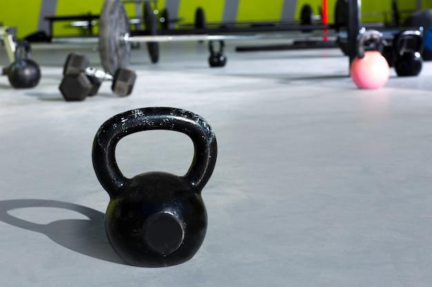 Kettlebell im crossfit-fitnessstudio mit hubstangen