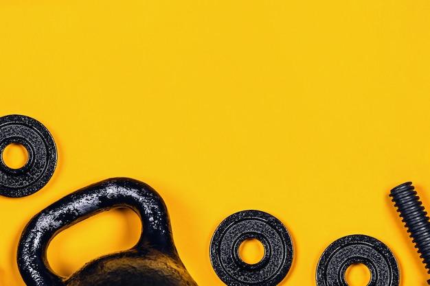 Kettlebell und hantel auf farbigem hintergrund.
