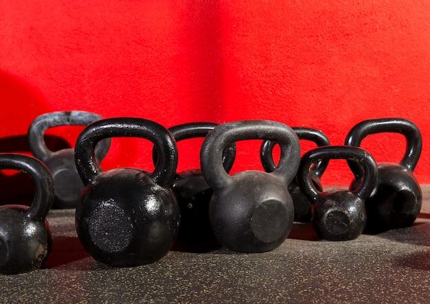 Kettlebells-gewichte in einem fitnessstudio