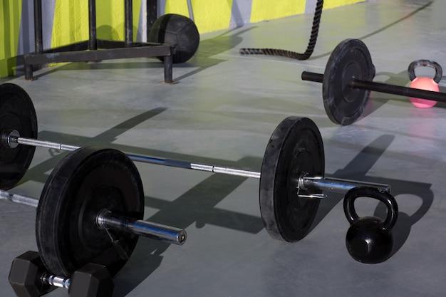 Kettlebells im crossfit-fitnessstudio mit hantelstangengewichten