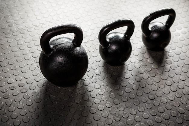 Kettlebells im crossfit-fitnessstudio