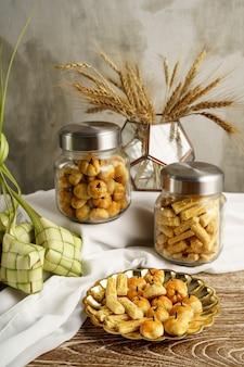 Ketupat und snacks für eid mubarak