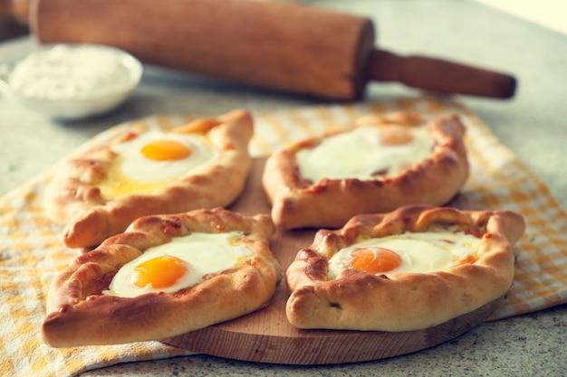 Khachapuri in adscharien mit dem ei. die georgische küche.