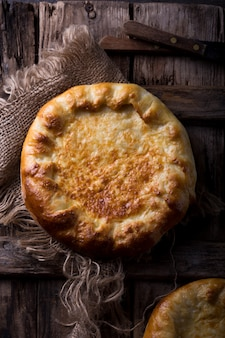 Khachapuri oder hachapuri mit ei und käse. ajarian traditionelles fladenbrot.