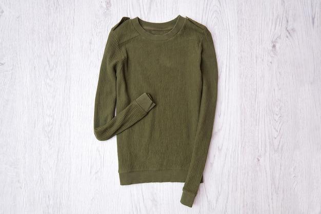 Khakifarbener pullover. modisches konzept