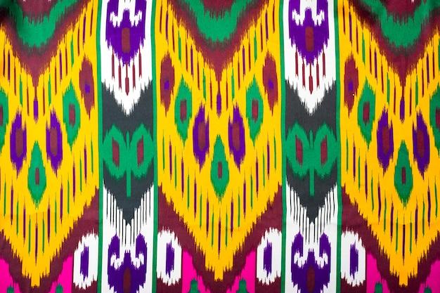 Khan atlas ist ein klassischer traditioneller usbekischer stoff, der aus usbekischen kokons der seidenraupe hergestellt wird