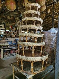Khantoke, eine art holzgerät in nordthailand. esskultur nordthailands für das essen. lebensmittelbehälter