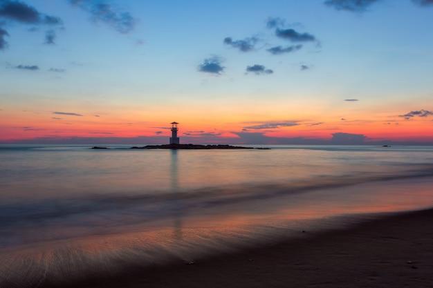 Khao lak lighthouse und wunderbarer himmelsonnenuntergang in der andamanensee, phangnga-provinz, thailand