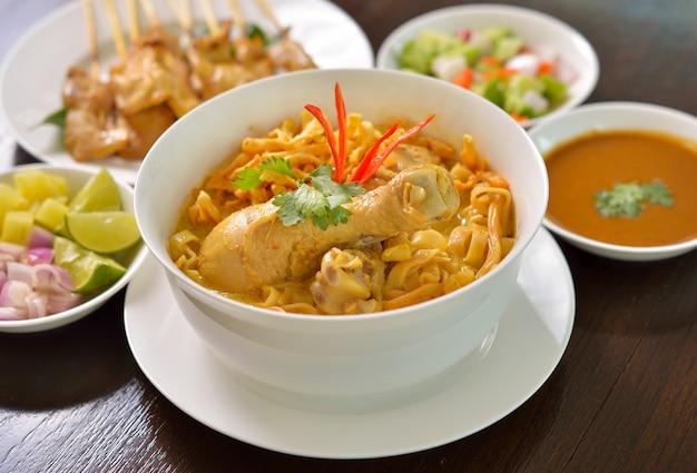 Khao soi, curry-nudeln, thailändisches essen