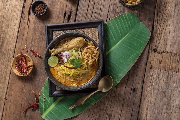 Khao soi rezept, curry-nudelsuppe mit hühnchen ist eines der traditionellen lebensmittel nordthailands.