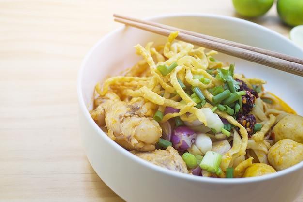 Khao soi, thailändische curry-nordnudel