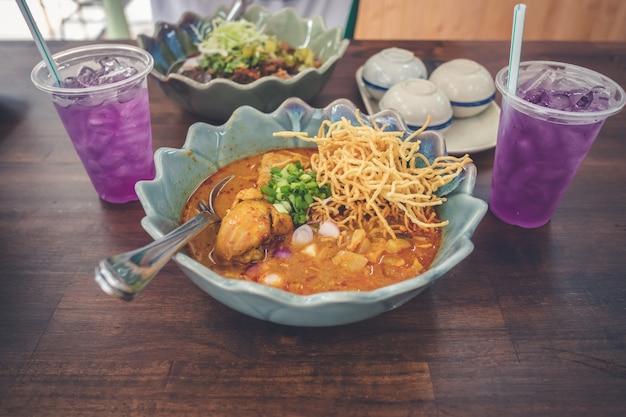 Khao soi, thailändische nordcurry-nudelsuppe mit schweinefleisch, thailändisches traditionelles lebensmittel