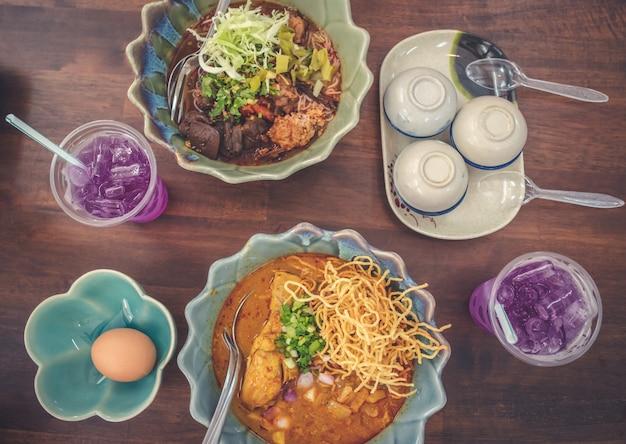 Khao soi und kanom jeen nam, thailändische nord-curry-nudelsuppe mit hühnchen