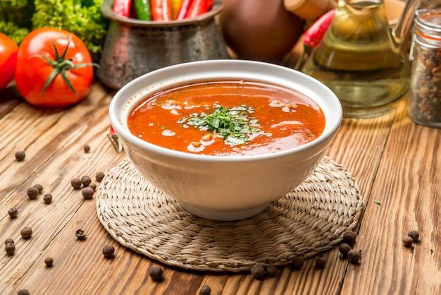 Kharcho-suppe mit fleisch und reis