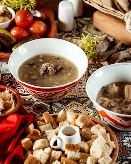 Khashsuppe mit seitlichen crackern