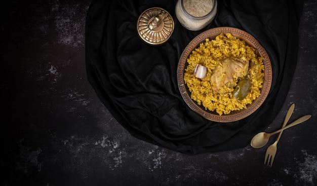Khichuri oder khichdi oder khichri in einem dunklen hintergrund mit einem platz für text oder nachrichten