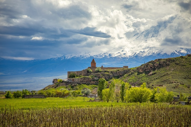 Khor virap kirche in armenien unter abstraktem himmel