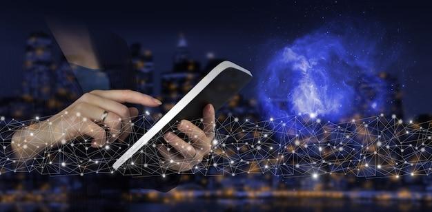 Ki, maschinelles lernen. handberühren sie weiße tablette mit digitalem hologramm zeichen der künstlichen intelligenz auf dunklem, unscharfem hintergrund der stadt. globale datenbank und künstliche intelligenz.