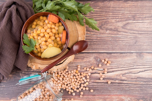 Kichererbsen hausgemachte suppe mit stoff und kopierraum
