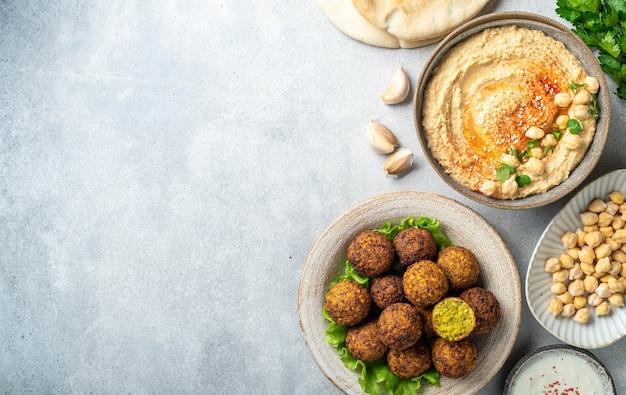 Kichererbsengerichte falafel und hummus auf einer betonoberfläche draufsicht kopieren raum
