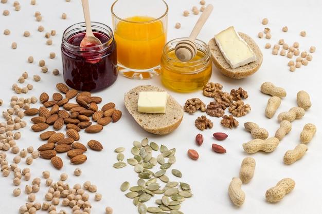 Kichererbsenkürbiskerne, mandelorangensaft, briekäse zum energiefrühstück.