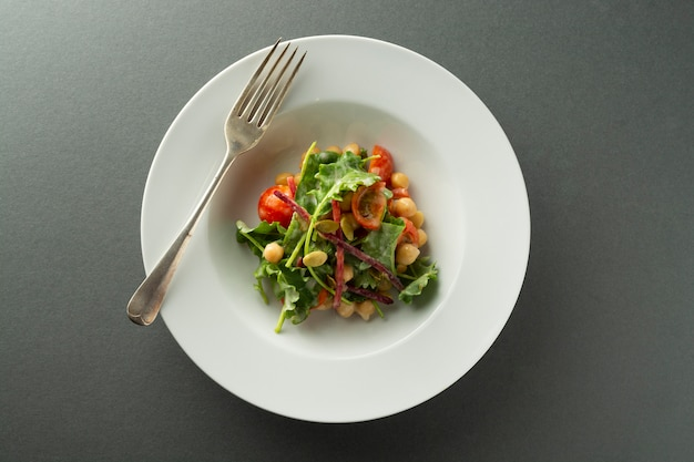 Kichererbsensalat mit frischem gemüse - gurken, tomaten, rote beete, spinat.