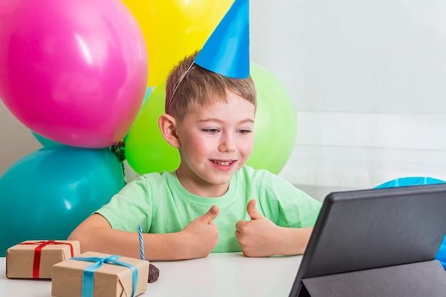 Kid boy feiert geburtstag online mit freund oder großeltern auf videoanruf