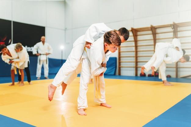 Kid judo, junge kämpfer auf training, selbstverteidigung