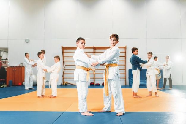 Kid judo, kinder trainieren kampfkunst in der halle