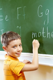 Kid lernen zu schreiben