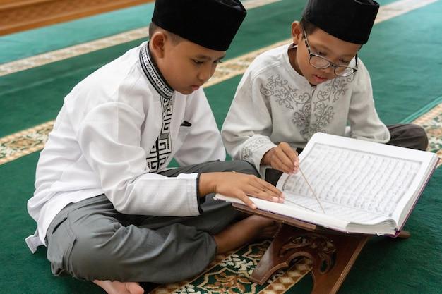 Kid muslim liest koran