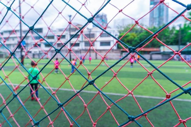 Kid trainiert fußball in unschärfe