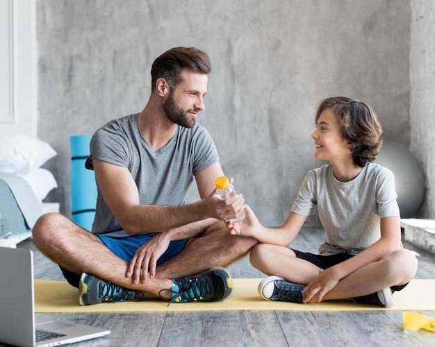 Kid und sein vater treiben zu hause sport