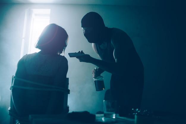 Kidnapper hält das telefon sehr nah an den mund des mädchens