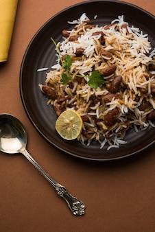 Kidneybohnen-curry oder rajma-reis oder rajmah chawal und roti, typisch nordindisches hauptgericht, selektiver fokus