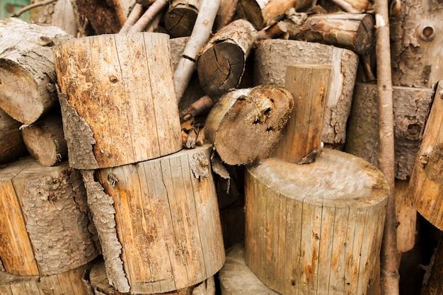 Kiefer aus brennholz im dorf. vorbereitung von brennholz für den winter