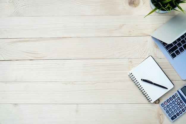 Kiefer hölzern von der schreibtischtabelle mit arbeitsplatz und werkzeugen für arbeitsbüro.