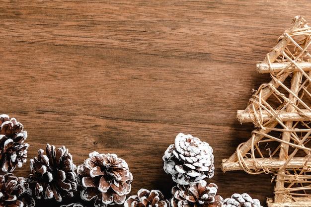 Kiefernkegel auf hölzernem hintergrund. weihnachtsdekoration mit copyspace