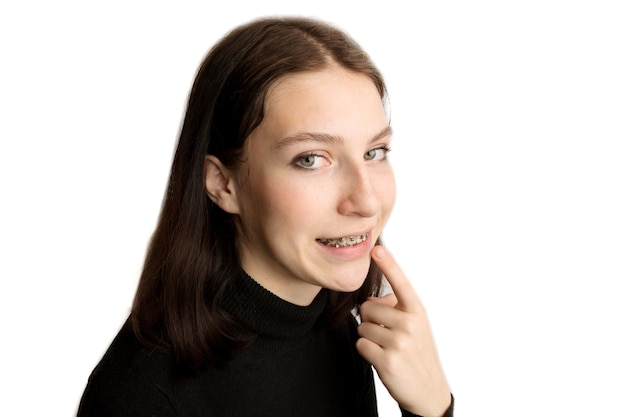 Kieferorthopädische behandlung. zahnpflegekonzept. lächelnde jugendliche mit klammern. metallklammern nahaufnahme an den zähnen. foto in hoher qualität