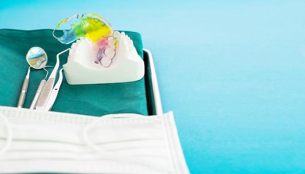 Kieferorthopädische vorrichtung und zahnmedizinische werkzeuge der zahnmedizinischen halterung