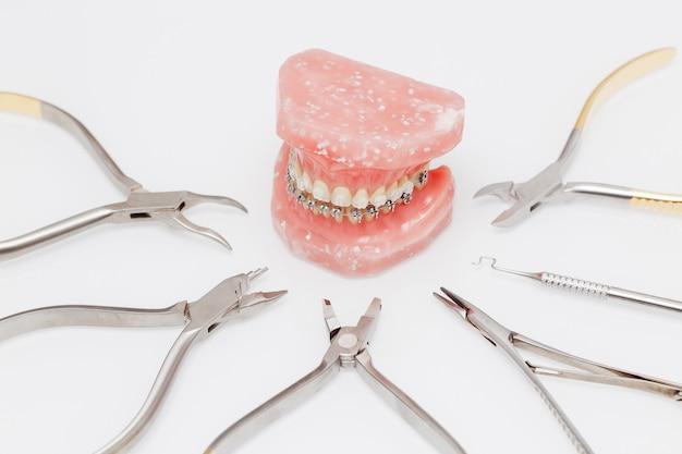 Kieferorthopädisches modell und satz kieferorthopädischer werkzeuge aus medizinischem metall