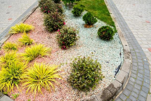 Kies und steine bei der dekoration von blumenbeeten in landschaftsgestaltung