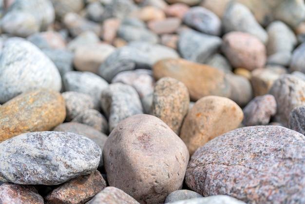 Kieselsteine am ufer. runde steine an der küste.