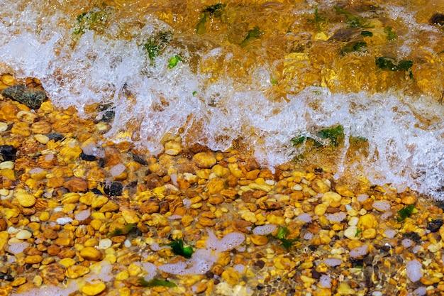 Kieselsteine und wasserwelle