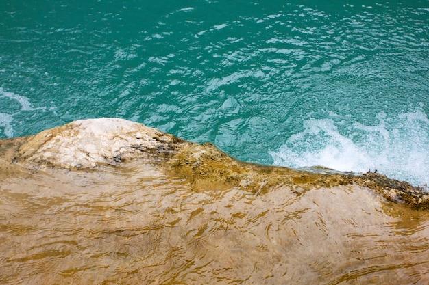 Kieselsteine unter klarem wasser