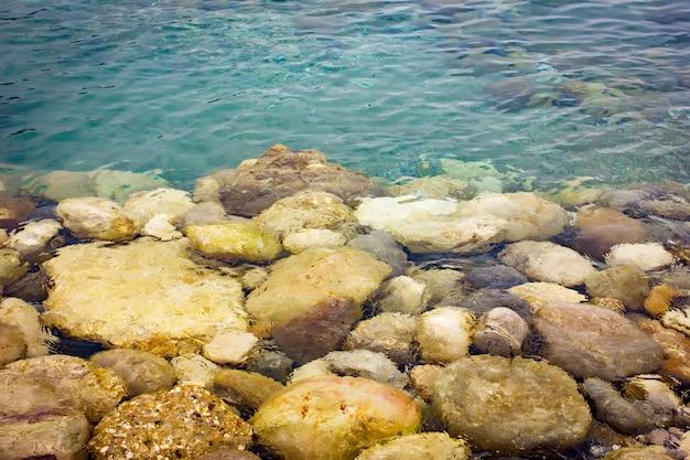 Kieselsteine unter transparentem wasser